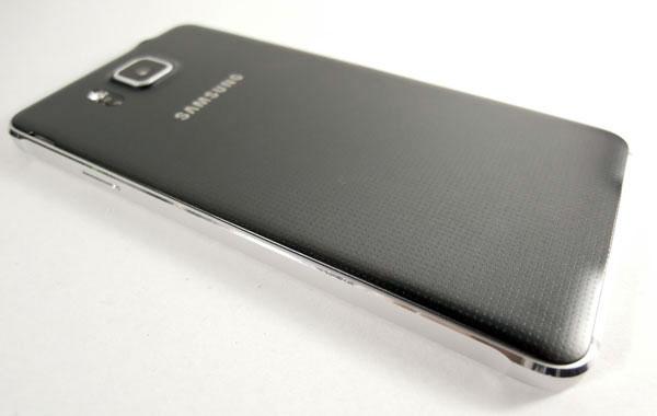 samsung-alpha-telefono-nugarele